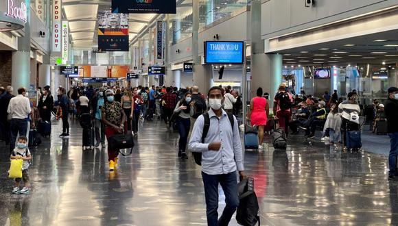 Imagen referencial. Los viajeros caminan por una terminal en el Aeropuerto Internacional de Miami (Estados Unidos), el 24 de diciembre de 2020. (AFP / Daniel SLIM).